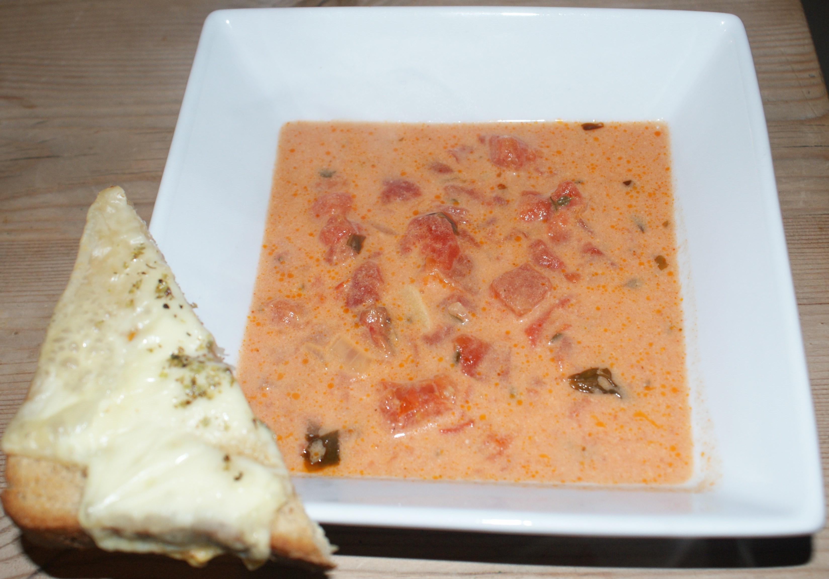 Tomatsuppe med varme ostebrød